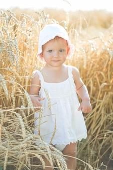 Petite fille dans un champ de blé