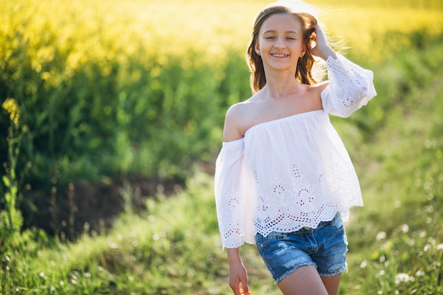 Petite fille dans le champ