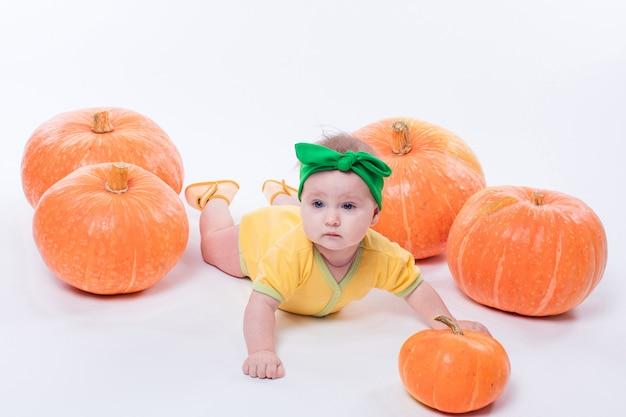 Petite fille dans un corps jaune avec un noeud vert sur la tête