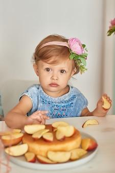 Petite fille dans la cuisine en train de manger