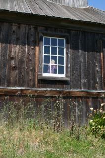 Petite fille dans une fenêtre dans un fort