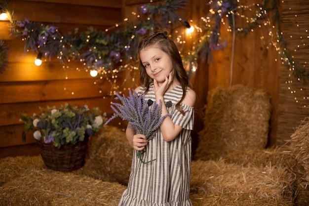 Petite fille, dans, ferme, debout, dans, gerbes paille, dans, grange, porter, robe