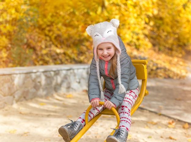 Petite fille dans une forêt d'automne