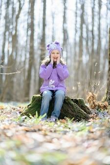 Petite fille dans la forêt