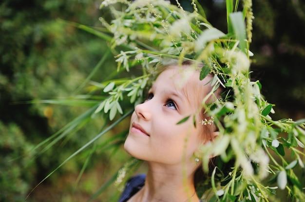 Petite fille dans une gerbe de fleurs sauvages