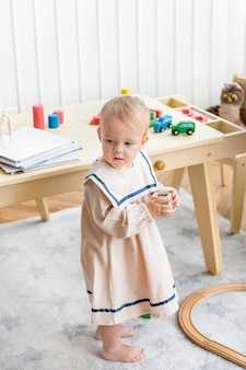 Petite fille dans une jolie robe de marin