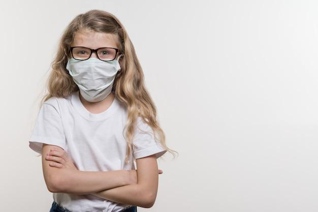Petite fille dans un masque médical.