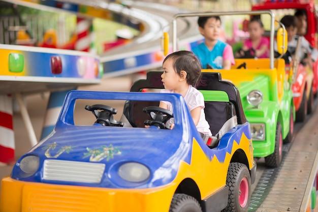 Petite fille dans un parc d'attractions