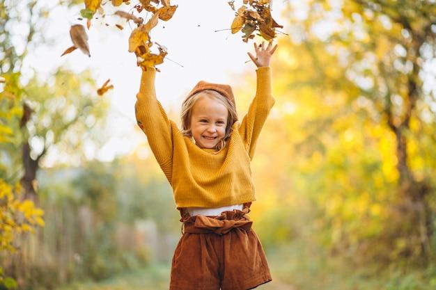 Petite fille dans un parc en automne