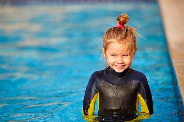 Petite fille dans la piscine