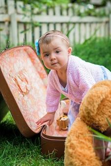 Petite fille dans une valise