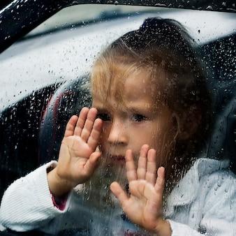 Petite fille dans la voiture
