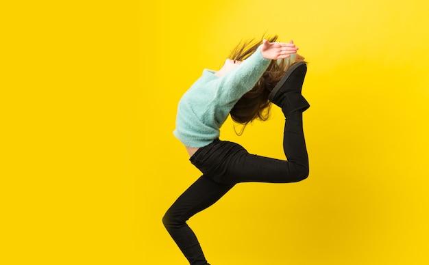 Petite fille danse sur fond isolé