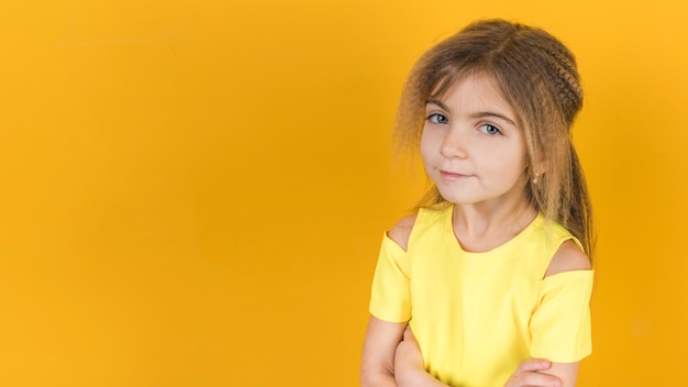 Petite fille debout avec les bras croisés