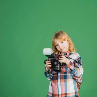 Petite fille debout avec caméra