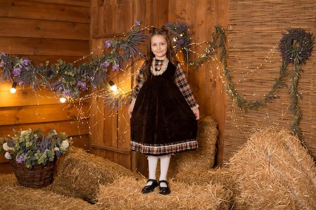 Petite fille, debout, dans, gerbes paille, dans, ferme, porter, robe rétro