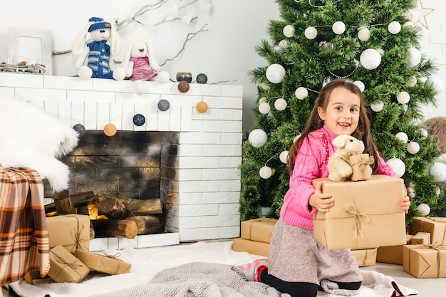 Petite fille décorant le sapin de noël