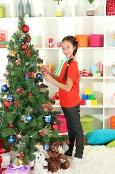 Petite fille, décoration, arbre noël