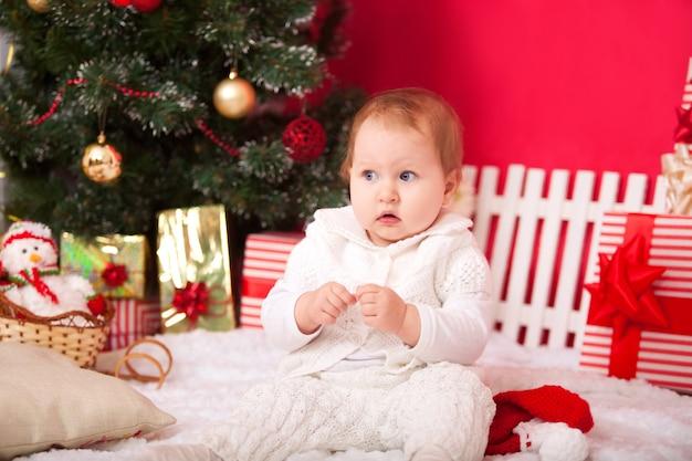Petite fille avec des décorations de noël