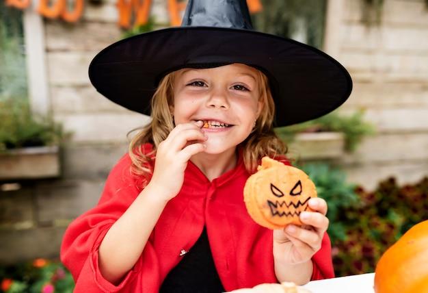 Petite fille déguisée en sorcière