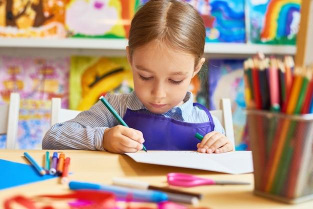 Petite fille dessin au préscolaire