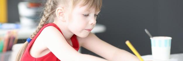 Petite fille dessinant avec des crayons multicolores à la maison. concept de créativité pour enfants