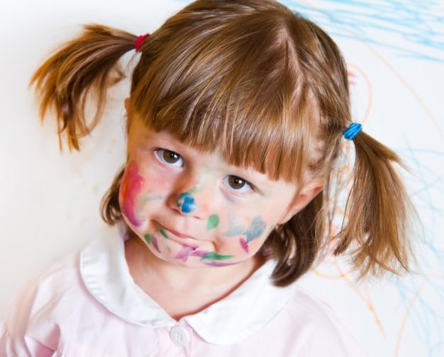 Petite fille dessine des peintures