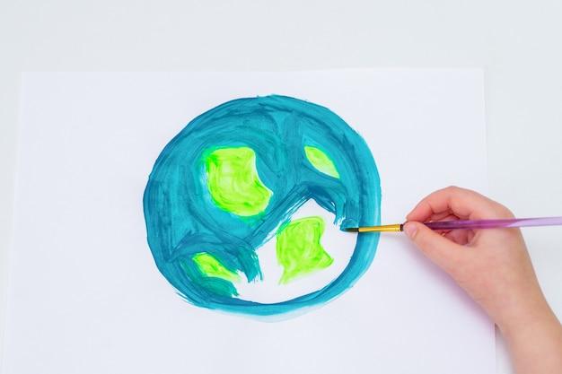 Petite fille dessine de la terre.