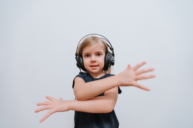 Petite fille dj avec de gros écouteurs à la maison