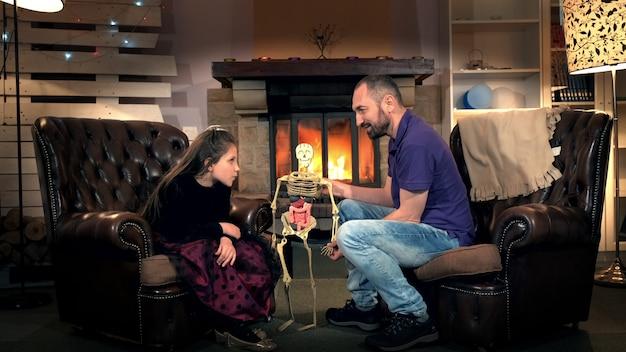 Petite fille donnant au père des questions intéressantes sur la structure du corps humain