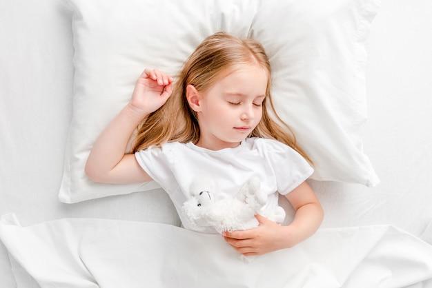 Petite fille, dormir, dans, lit blanc