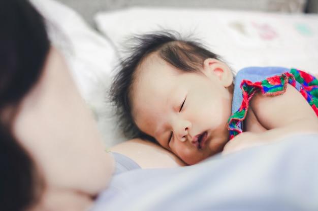 Petite fille dort avec tante à la maison