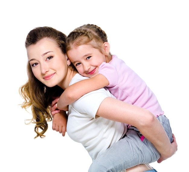 Petite fille sur le dos de sa mère