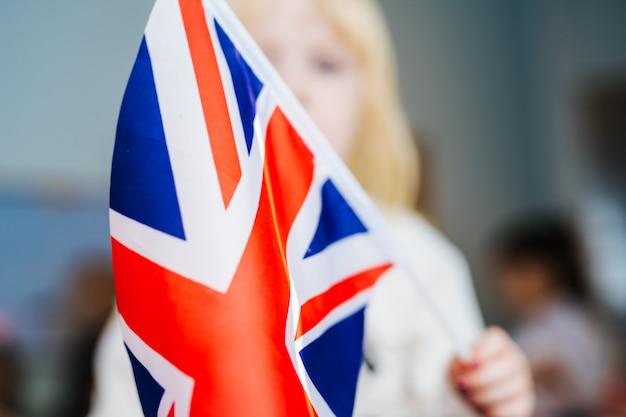 Petite fille avec drapeau du royaume-uni