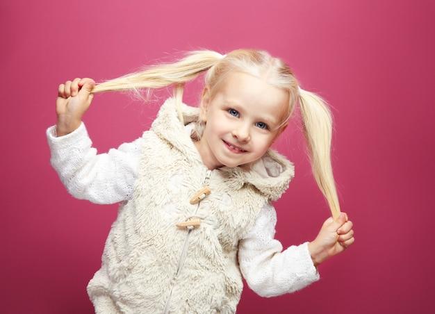 Petite fille drôle dans des vêtements chauds