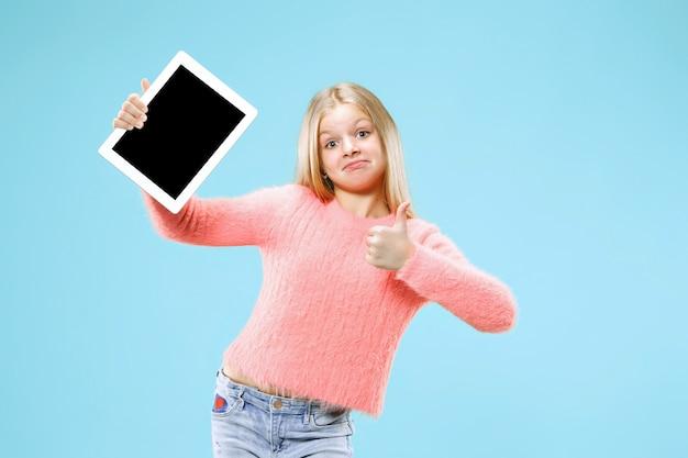 Petite fille drôle avec tablette sur l'espace bleu