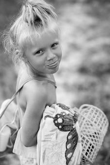 Petite fille du village montre sa langue
