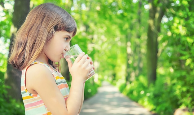 Petite fille, eau potable, depuis, a, verre