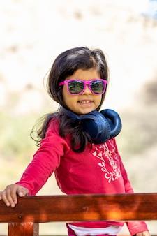 Petite fille écoutant de la musique avec ses écouteurs dans la voiture de camion