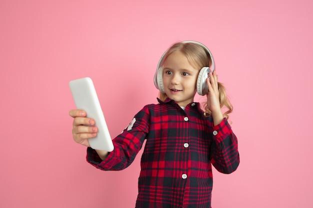 Petite fille écoutant de la musique