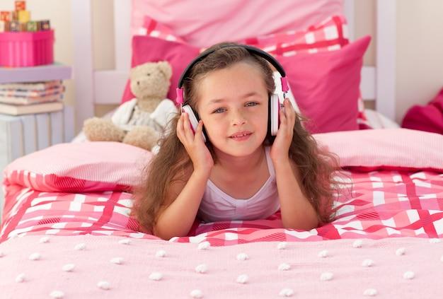 Petite fille écoute de la musique