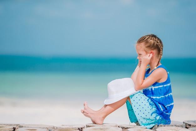 Petite fille, écouter musique, sur, écouteurs, sur, plage caraïbes