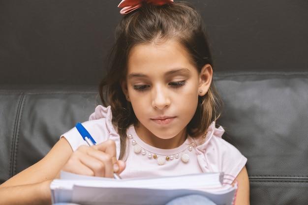 Petite fille, écriture, dans, cahier