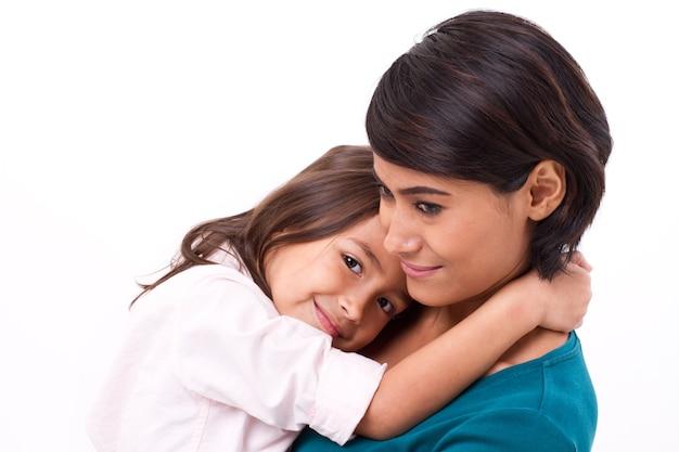Petite fille embrassant sa mère, concept de famille heureuse ou d'amour