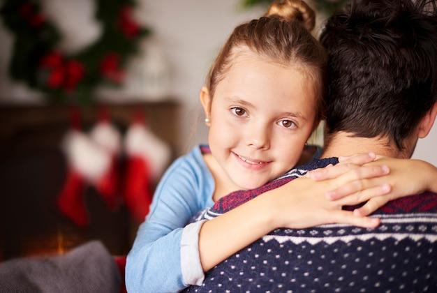Petite fille embrassant son père