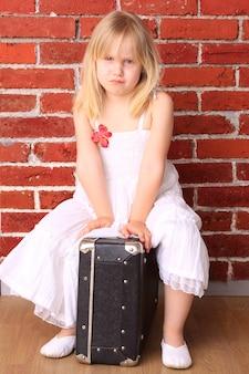 Petite fille émotionnelle. pour la carte postale de voyage