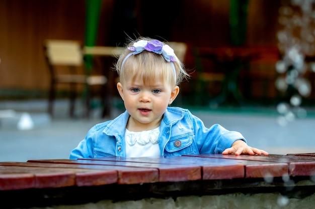 Petite fille avec des émotions positives près de la fontaine