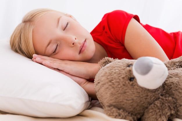 Petite fille endormie. petite fille mignonne dormant en position couchée dans son lit