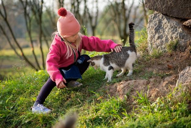 Petite fille enfant et chat en plein air