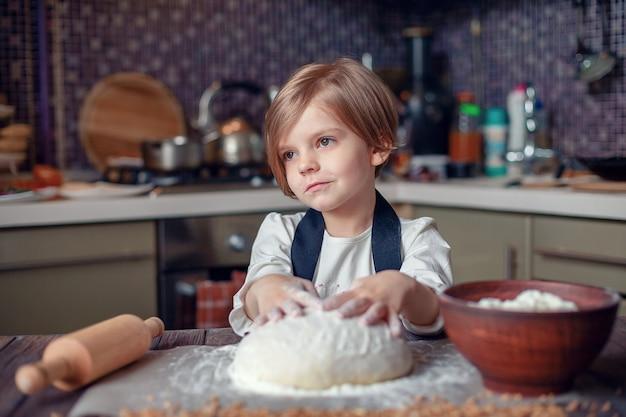 Petite fille enfant avec des cheveux courts, coupe de pâte de cuisson